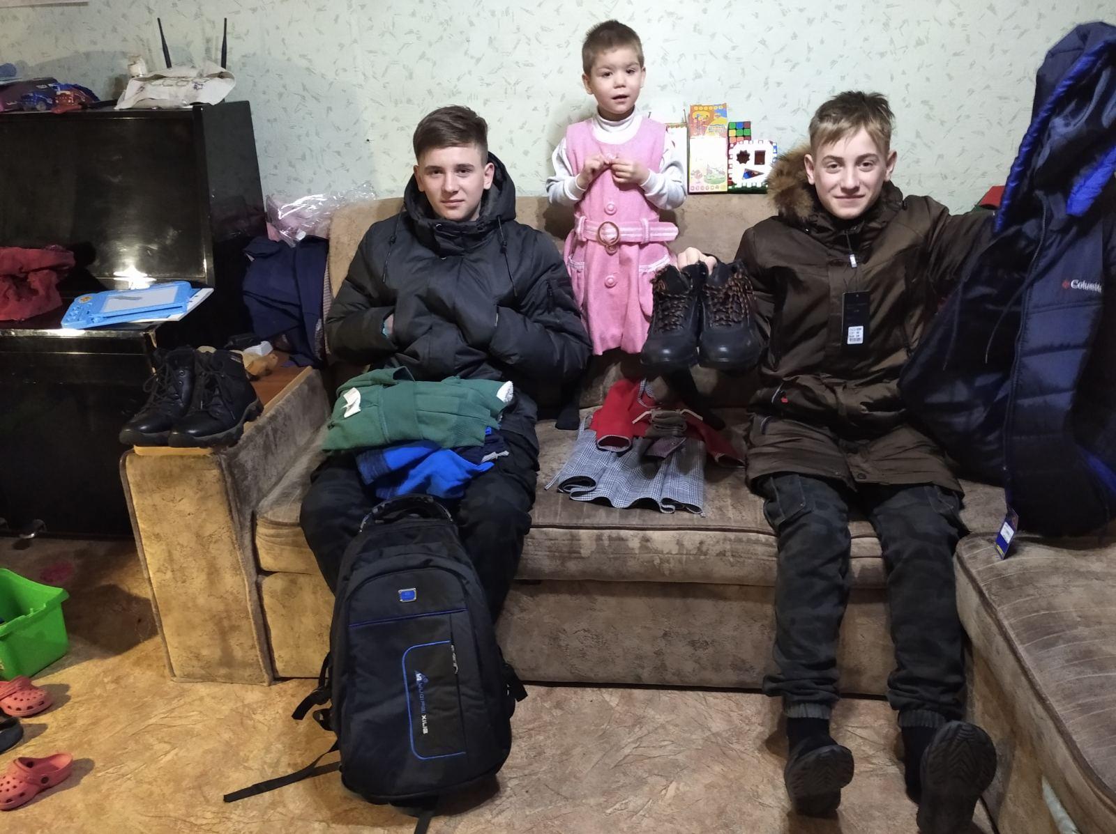 Iryna lapsed soojades riietes